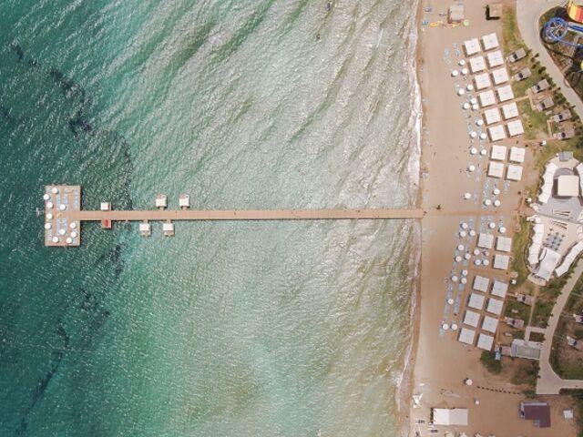 Pohľad zhora na mólo hotela limak cyprus