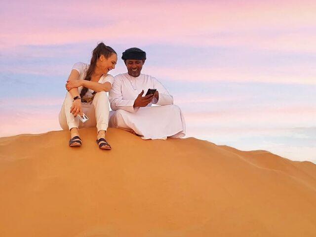 Adriana s miestnym na púšti v ománe