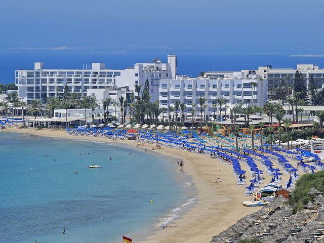 Pláž hotela okeanos na južnom cypre