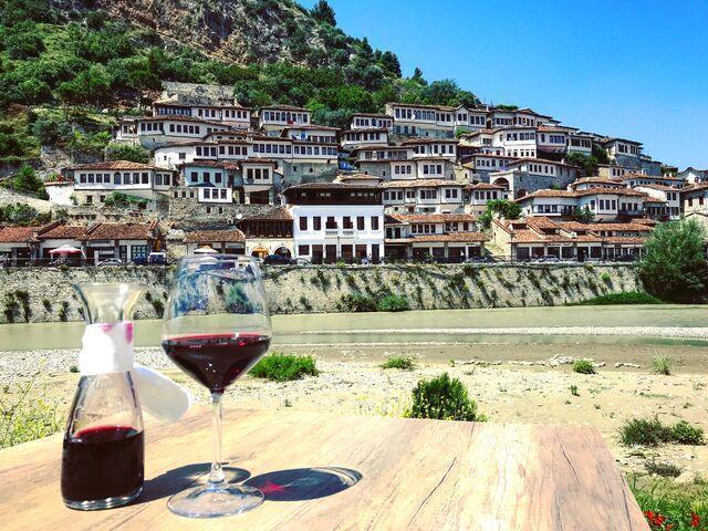Berat v albánsku s miestnym vínkom
