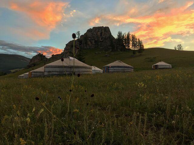 Západ slnka nad jurtami