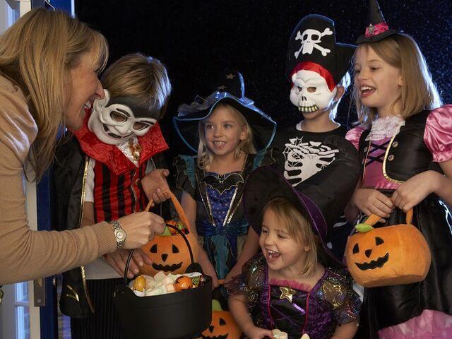 Deti zbierajú na halloween sladkosti