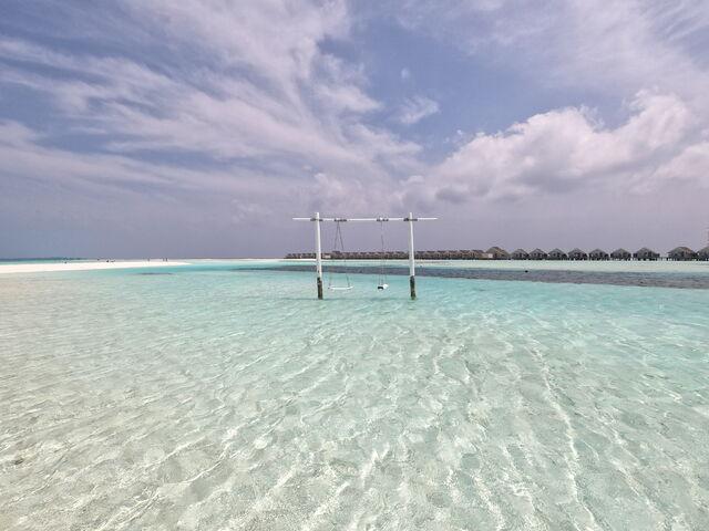 Biela pláž s hojdačkou