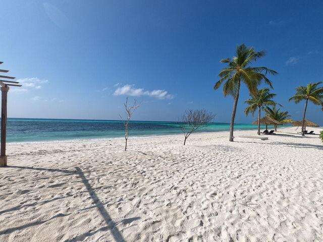 Pláž s bielym pieskom na maldivách