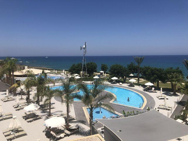 Výhľad na bazény hotela pernera na južnom cypre