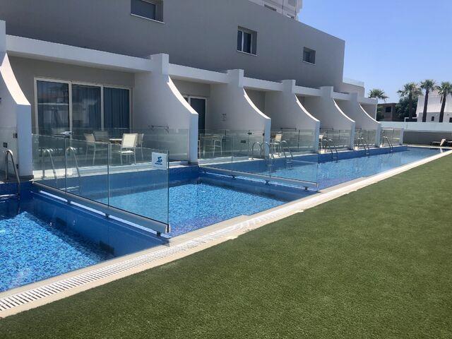 Suity s bazénom v hoteli pernera na južnom cypre
