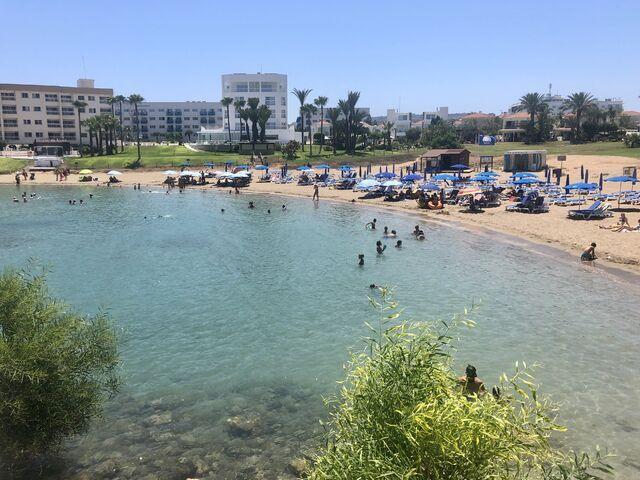 Pláž hotela perrnera na južnom cypre