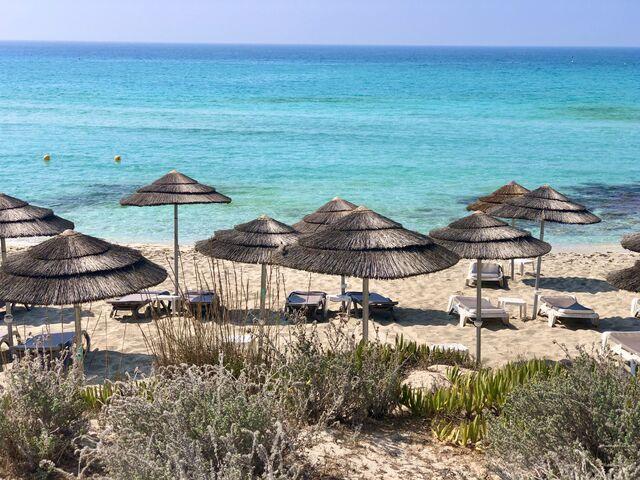 Pláž hotela nissi beach na južnom cypre