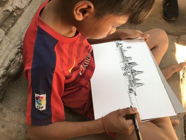 Dieťa kreslí angkor wat v kambodži