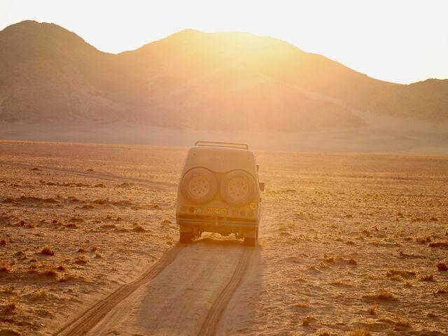 Jeep pri západe slnka v namíbii