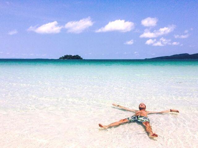 Sprievodca juraj na pláži v kambodži