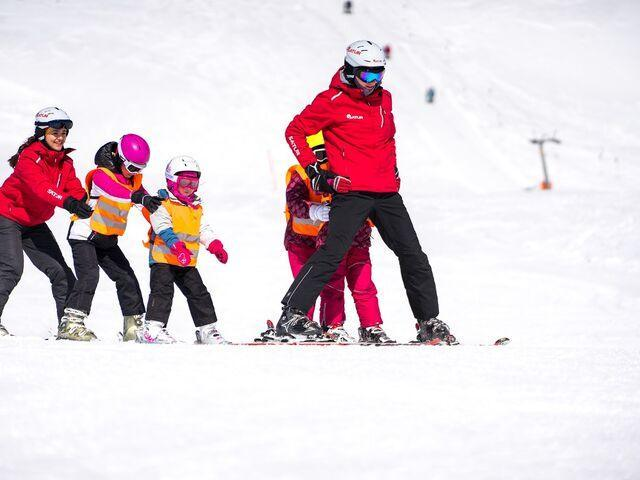 Inštruktor s deťmi na svahu