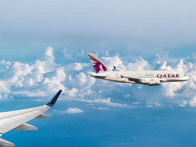 Lietadlá qatar airways v oblakoch