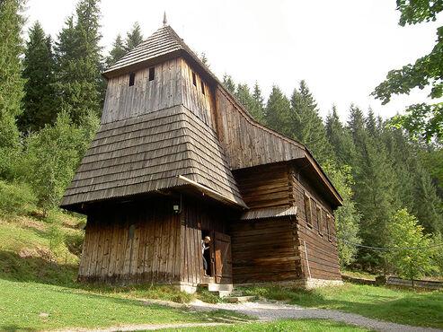 Jednoloďový drevený gotický kostol sv. Alžbety Uhorskej z 15. storočia