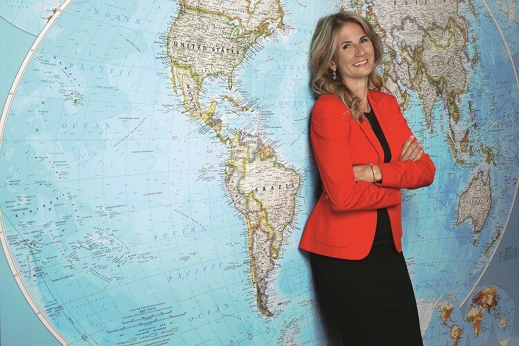 Nora fedorová pred mapou