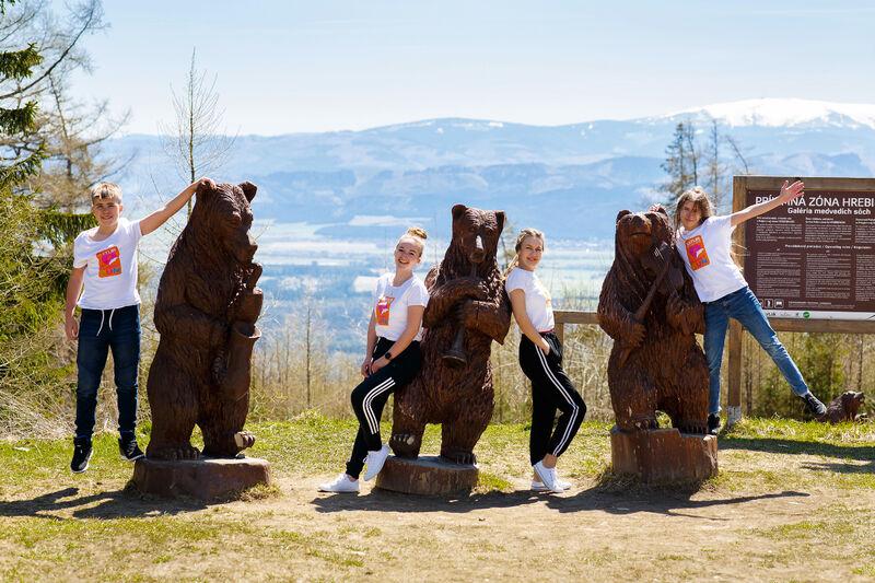Deti s animátorkami a medvede