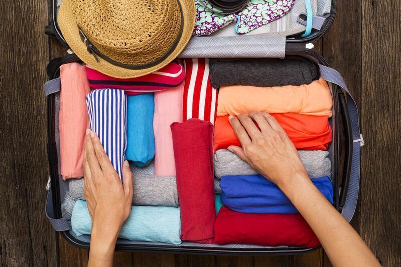 Oblečenie v rolkách zbalené v kufri