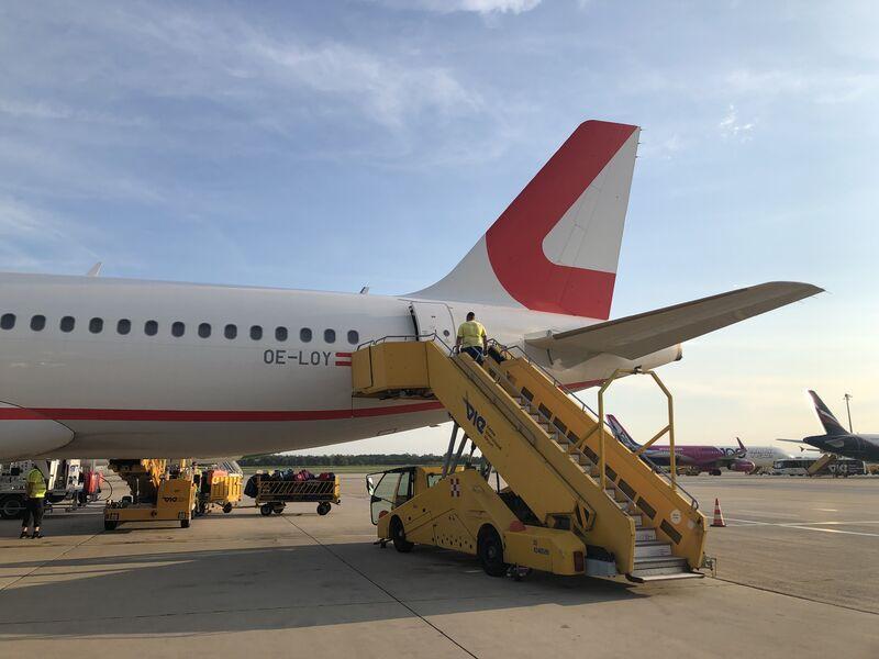 Nakladanie batožiny a pripojenie schodíkov do lietadla