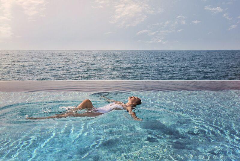 Infinity bazén v hoteli v dubaji
