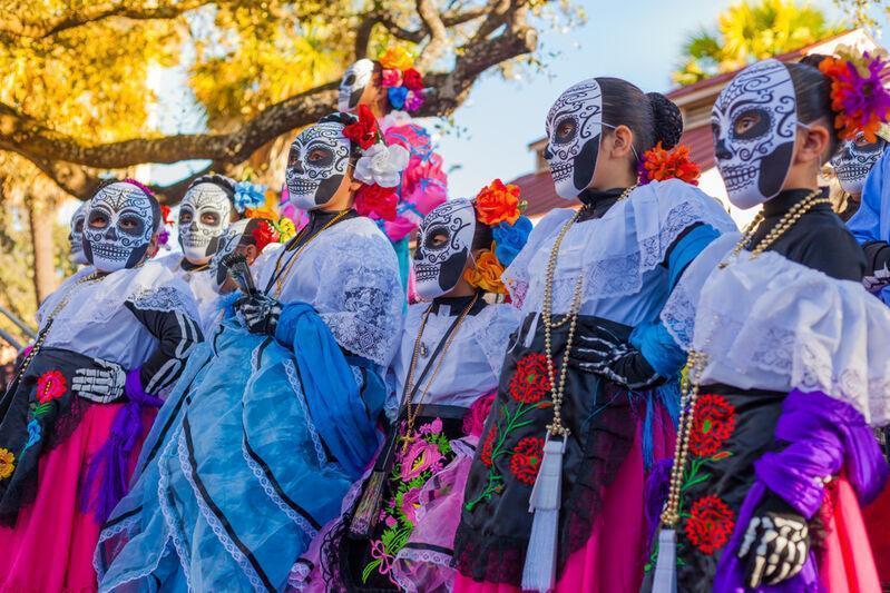 Ženy oblečené v kostýmoch na oslavy Día de los muertos