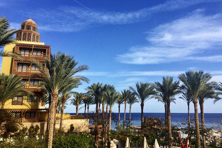 Pohľad na časť hotela a more