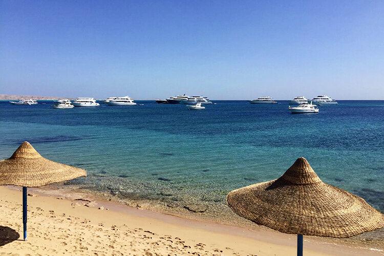 Pohľad na pláž a člny