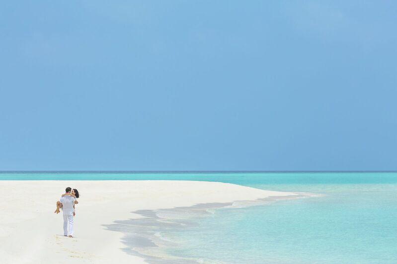 Dvojica sa prechádza po pláži