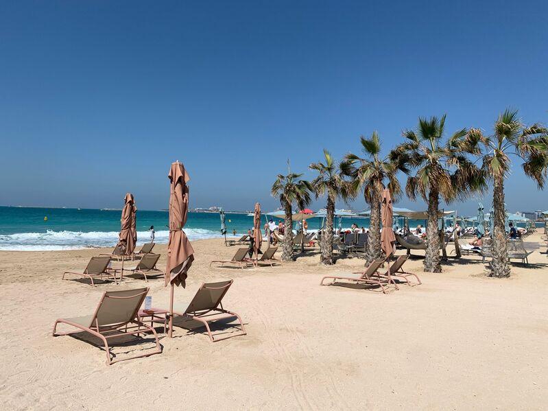 Pláž hotela ceasars v emirátoch