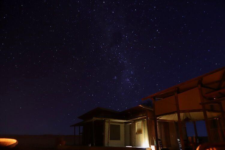 Mliečna dráha a hviezdne nebo v namíbii