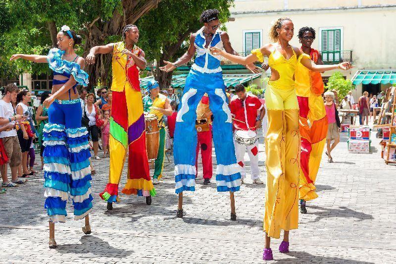 Tancujúci miestni na promenade havany
