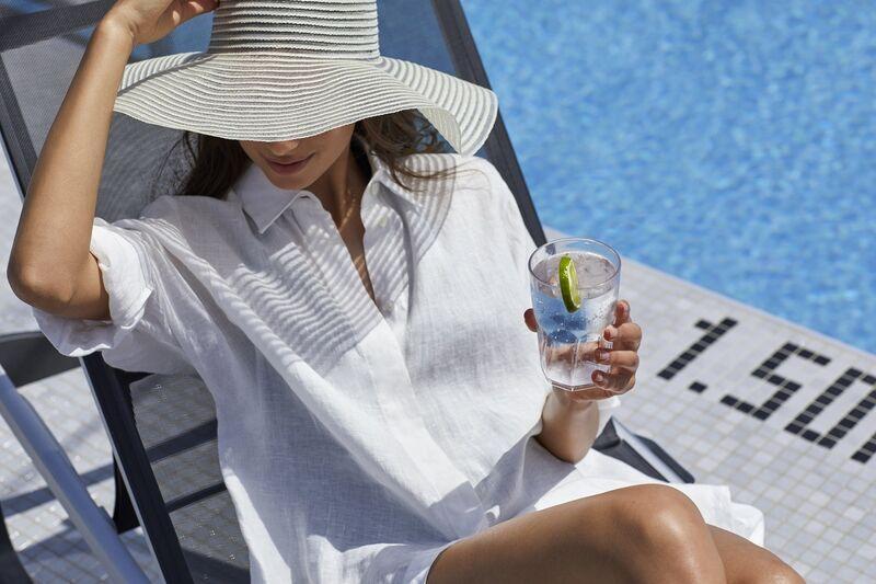 Žena s drinkom na lodi
