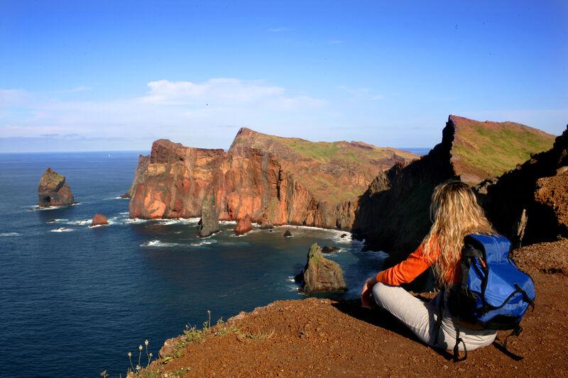 Žena s výhľadom na útesy