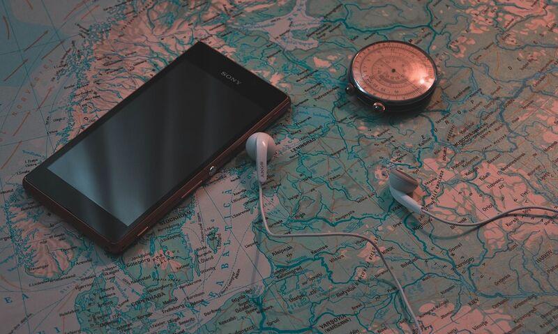 Telefón mapa a kompas na cestovanie