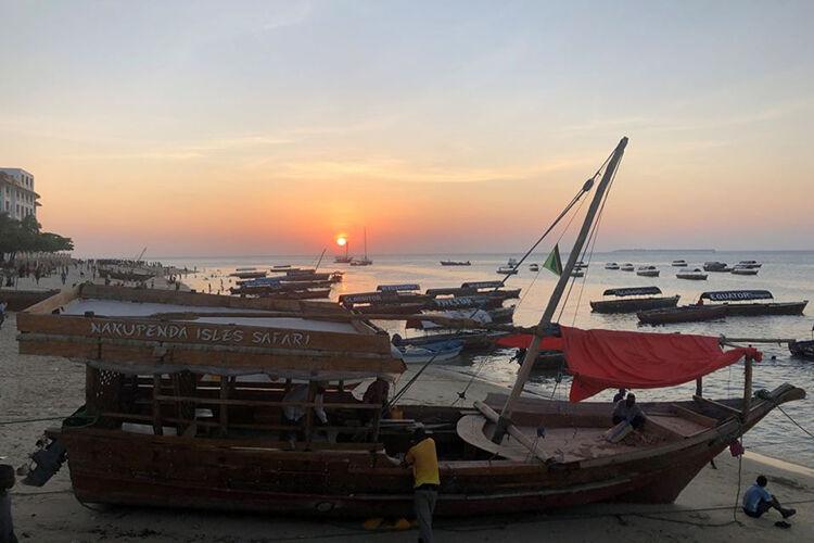 Lode pri západe slnka