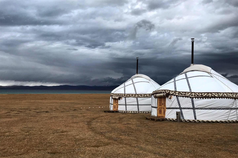 Jurty pri jazere v kirgizsku