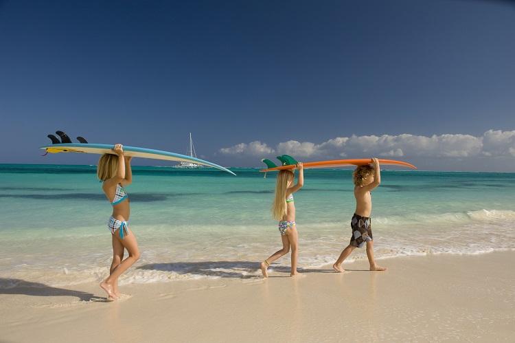 Deti na exotickej pláži
