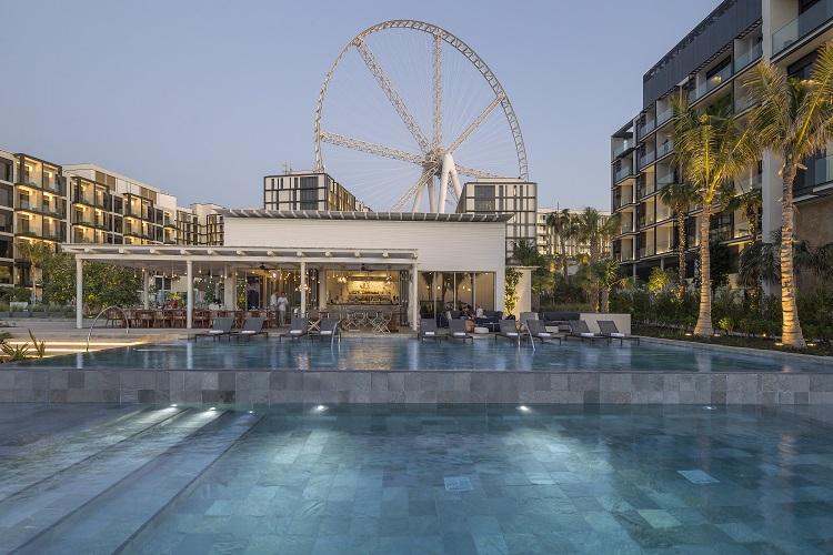 Budova hotela caesars palace v dubaji