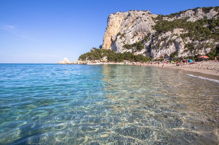 Cala luna pláž na sardínii v taliansku