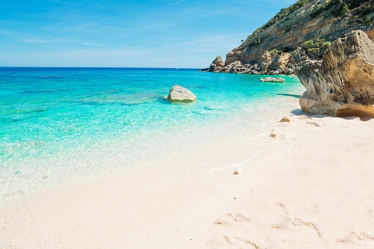Cala mariolu pláž na sardínii v taliansku
