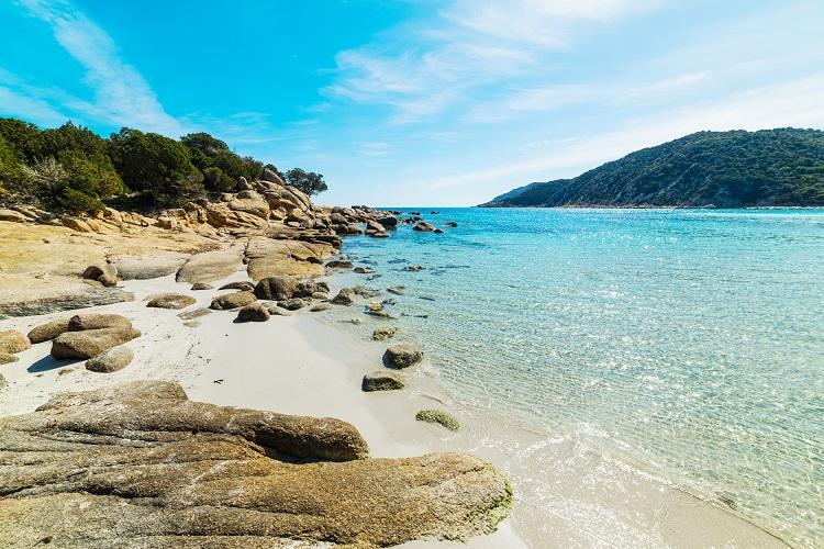 Cala pira pláž na sardínii v taliansku