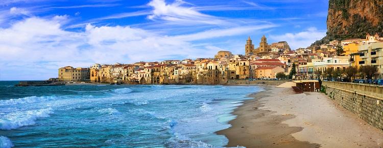 Pláž Cefalú na sicílii