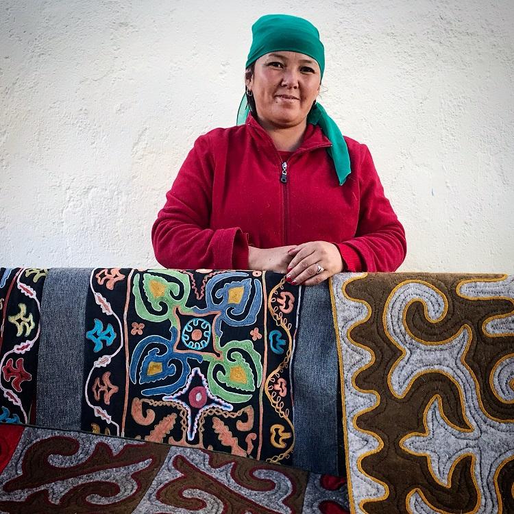 Pani predávajúca koberce v kirgizsku