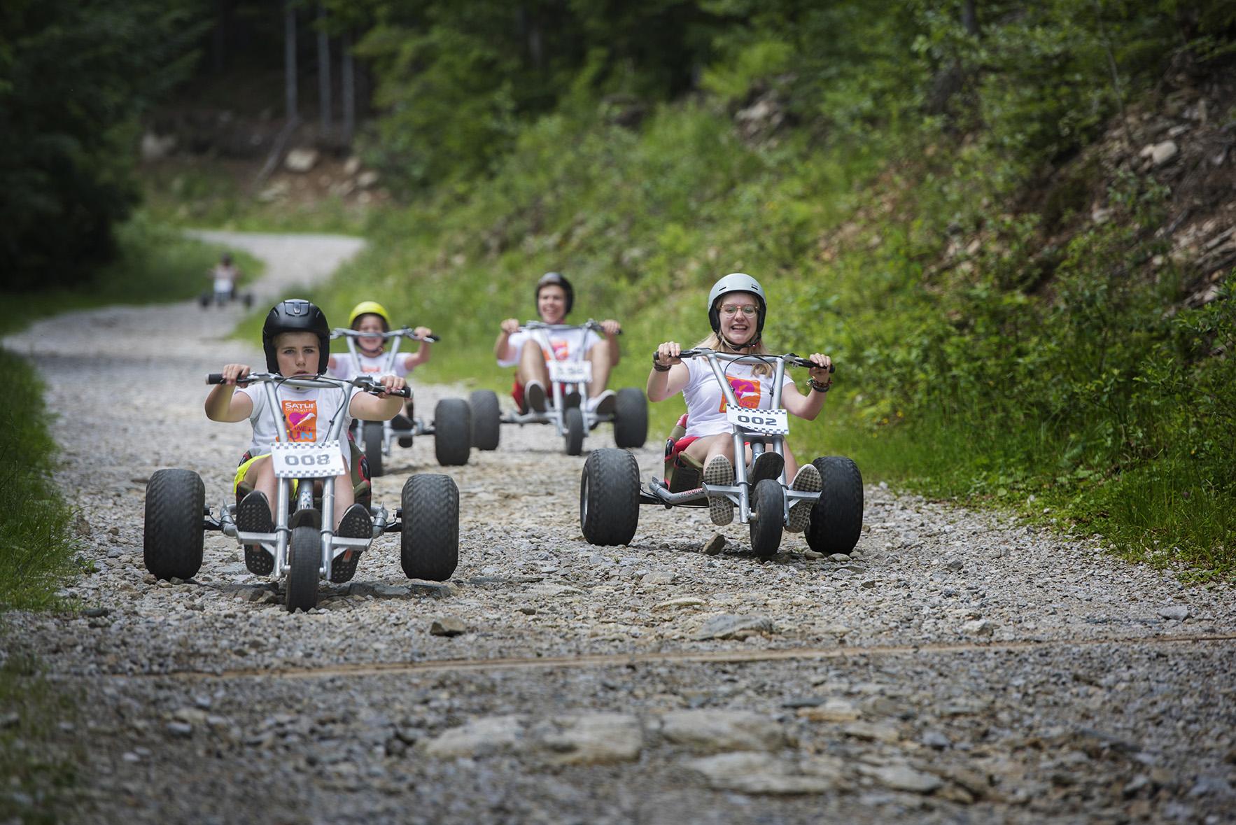 Deti a animátori na motokárach