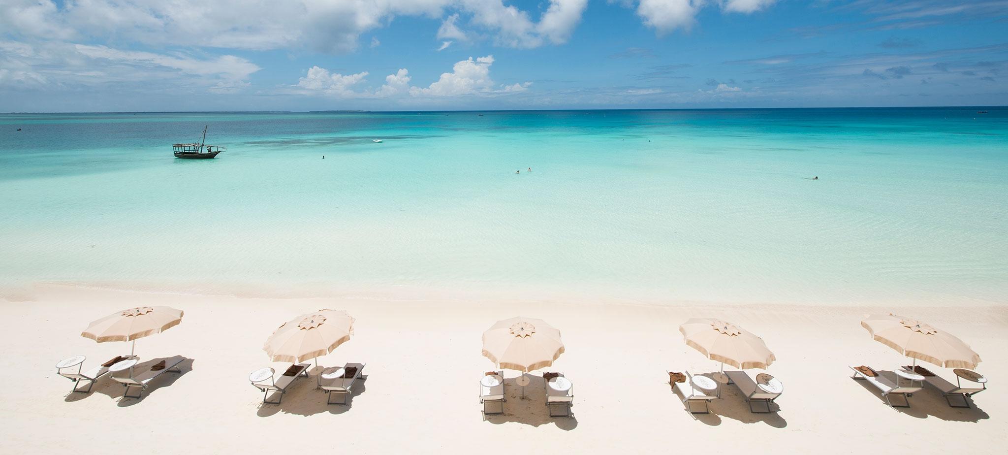 Pláž so slnečníkmi na zanzibare