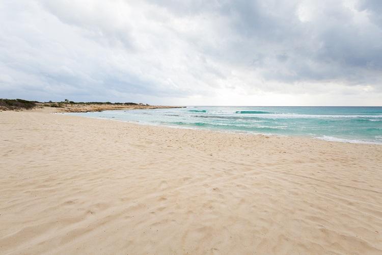 Pláž Landa Beach na Cypre