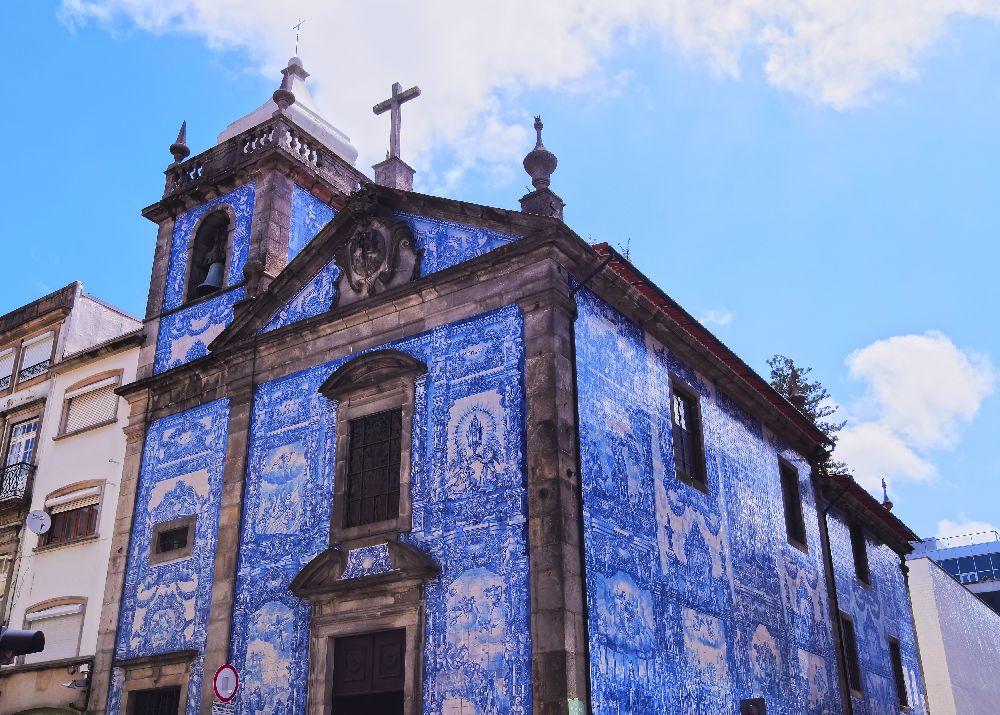 Kostol zdobený kachličkami v porte