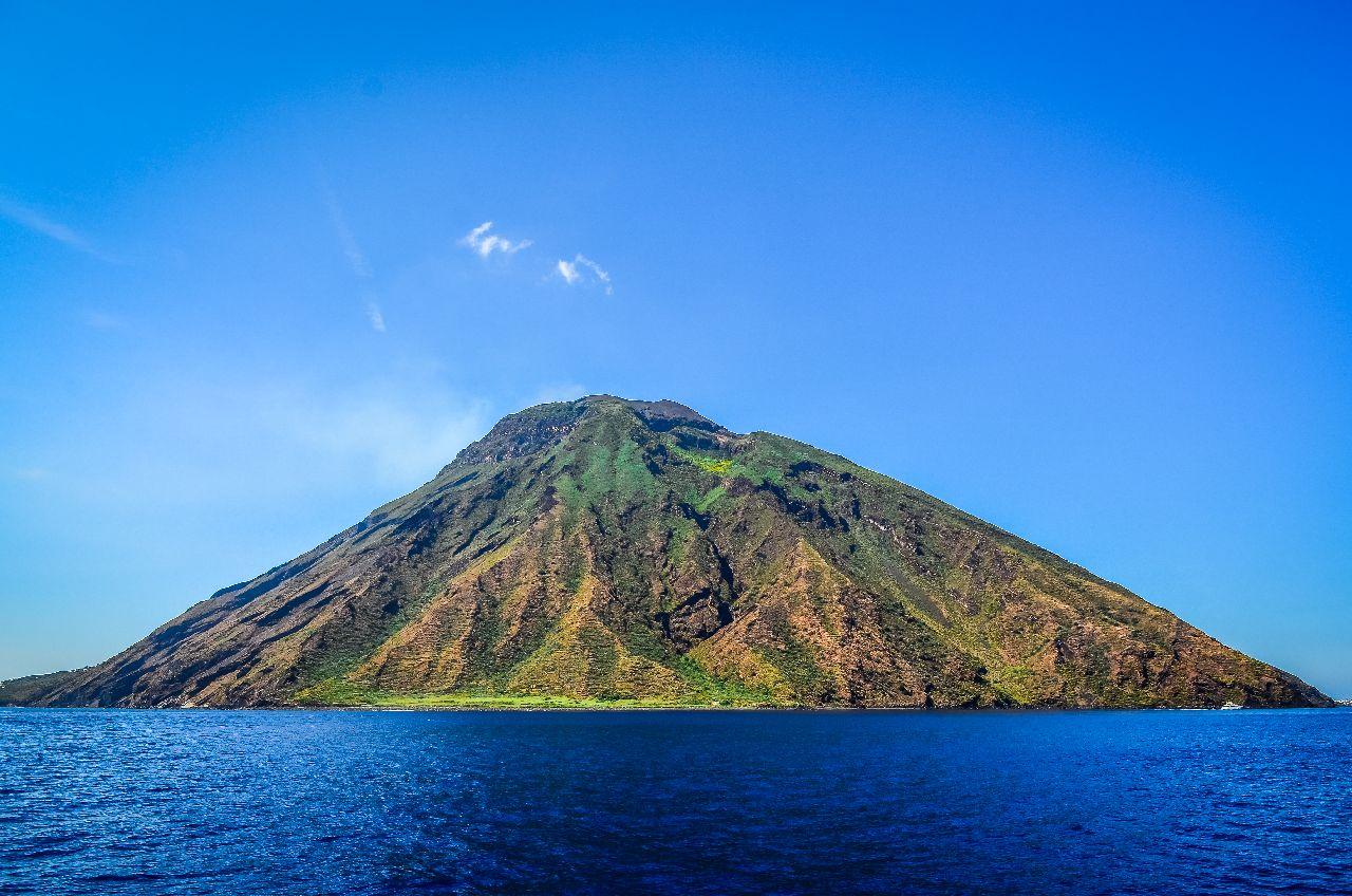 Aktívna sopka stromboli na liparských ostrovoch v taliansku