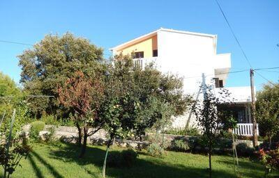 Pohľad zo záhrady na apartmánový dom Rebeca