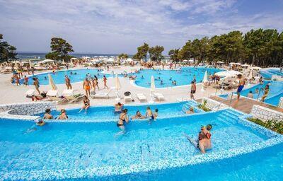 Komplex bazénov pri apartmánoch Zaton Holiday Resort 4