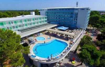 Pohľad na hotel Pinija s bazénom